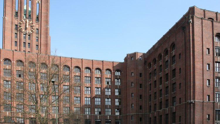 Das Ullsteinhaus am Mairendorfer Damm: Früher ratterten hier die Druckerpressen, heute werden im Keller wilde Partys gefeiert.