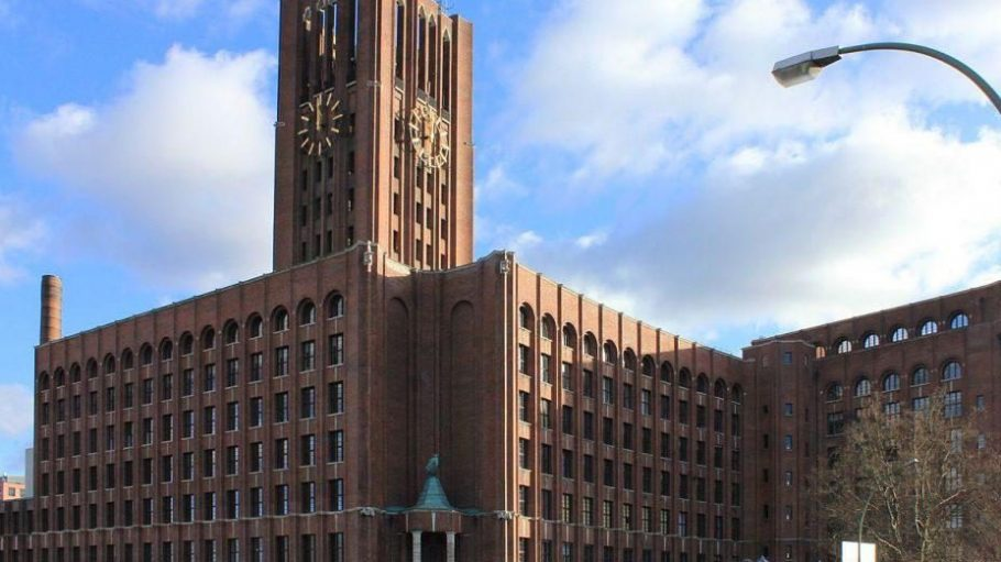 Exklusive Wasserlage. Das verkaufte Ullsteinhaus liegt gegenüber vom Tempelhofer Hafen. Auch eine Diskothek befindet sich in dem Gebäude.