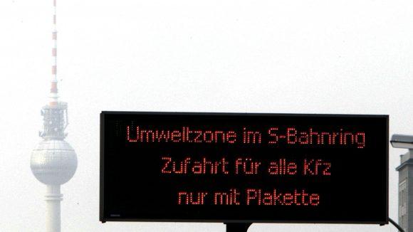Umweltplaketten für Autos sind inzwischen altbekannt. Brauchen Berlins Schulen ein ähnliches System?