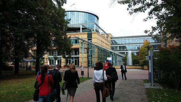Das Unfallkrankenhaus Berlin liegt am Rand des Wuhletals in Biesdorf.