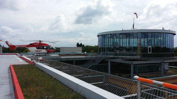 Auf dem Dach steht der Rettungshubschrauber, der Schwerverletzte ins UKB transportiert.