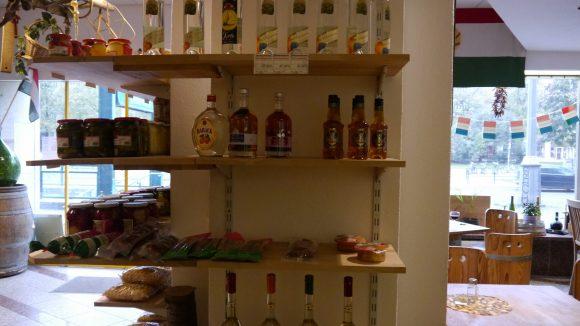 Nicht nur Weine auch Schnaps und ungarische Liköre gibt es in Berlins einziger ungarischer Wein- und Spezialitätenhandlung.