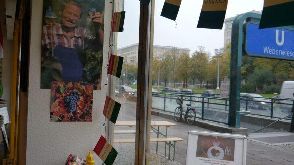 Nach eigenen Angaben ist der Laden an der Weberwiese der einzige, der in Berlin echte ungarische Spezialitäten anbietet.