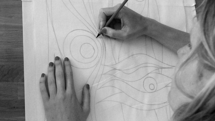 Alles beginnt mit einem auf Papier gezeichneten Entwurf. Daraus wird mal eine dufte Gardine.