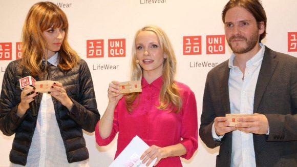 Moderatorin Janin Reinhardt zwischen den beiden Markenbotschaftern Eva Padberg und Daniel Brühl - jede(r) mit eigenem Holzkistchen.