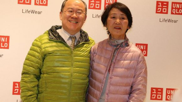Product Placement auf höchster Ebene: Der japanische Botschafter und seine Frau trugen Uniqlo-Jacken.