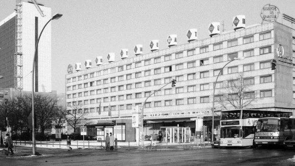 Hotel Unter den Linden, 1996. Das Interhotel Unter den Linden wurde von 1964 bis 1966 an der Kreuzung Unter den Linden Ecke Friedrichstraße erbaut. 2006 wurde es abgerissen. Der Neubebauung fiel auch der Vorplatz zum Opfer.
