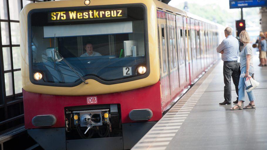 Die Fahrgäste der S-Bahn müssen noch bis zum 29. Juli mit Einschränkungen am Bahnhof Zoo rechnen. Nur mit einem Hin und Her ist das Vorankommen möglich.