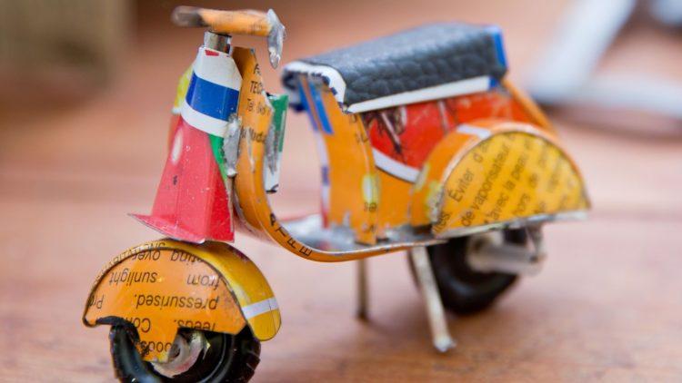 Egal, ob die ein Spielzeug-Motorrad aus alten Dosen oder etwas anderes bauen möchtest: im Kunst-Stoff gibt es viel Material für nachhaltige Kunst.