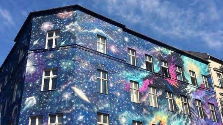 """Marina Zumi gewährt auf der Fassade der Bülowstraße 101 einen Blick ins Universum. Die Fassade wird dank der Förderung durch die Kunst-Institution """"Urban Nation"""" immer wieder neu gestaltet."""