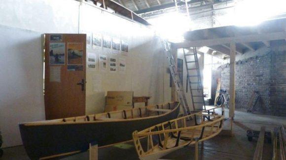 Viele Künstler und Handwerker haben eine alte Industriehalle in Oberschöneweide zum Kreativkollektiv KAOS gemacht. Auch die UrbanIndians haben dort ein Büro. Vor der Tür: ein bespannter und ein unbespannter Bootsrahmen.