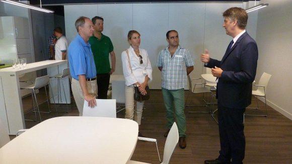 Bei Bayer HealthCare bekommen Botschafter Emerson und Ehefrau Kimberly das 'Co-Working-Labor' für junge Biotech-Unternehmen gezeigt. Auch Özcan Mutlu (2.v.r.) hört interessiert zu.