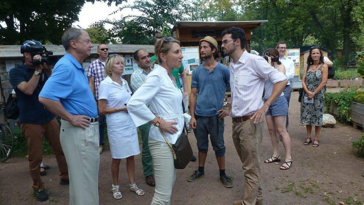Botschafter John B. Emerson und seine Frau Kimberly (im Vordergrund) bestaunen kurz nach der Ankunft den Gemeinschaftsgarten Himmelbeet.