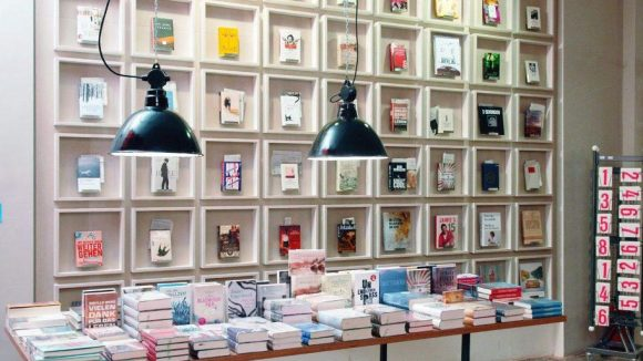 Seit einigen Wochen können an der Schönhauser Allee / Ecke Eberswalder Straße in ganz besonderer Atmosphäre Bücher gekauft werden.