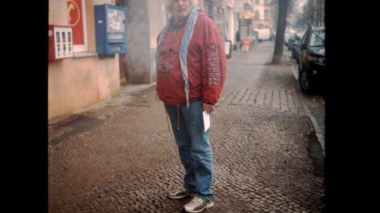"""Uwe; 57; microsoft-systemadministrator; der gebürtige nrwler ist in den 70ern nach berlin gekommen, einerseits wegen arbeit andererseits wegen der hausbesetzerszene. """"in kreuzberg und schöneberg hat das leben pulsiert. heute ist der westen runtergekommen, man braucht ja nur die augen aufmachen."""" eine alternative zu berlin gibts in deutschland für ihn aber nicht. """"berlin ist schon geil!"""" sagt uwe, auch wenn ihm das blöde blabla der politiker hier auf die nerven geht."""