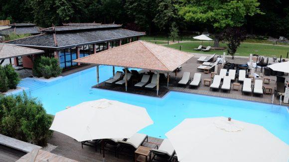 Der schön angelegte Außenbereich mit Pool und großer Liegewiese im Vabali Spa.