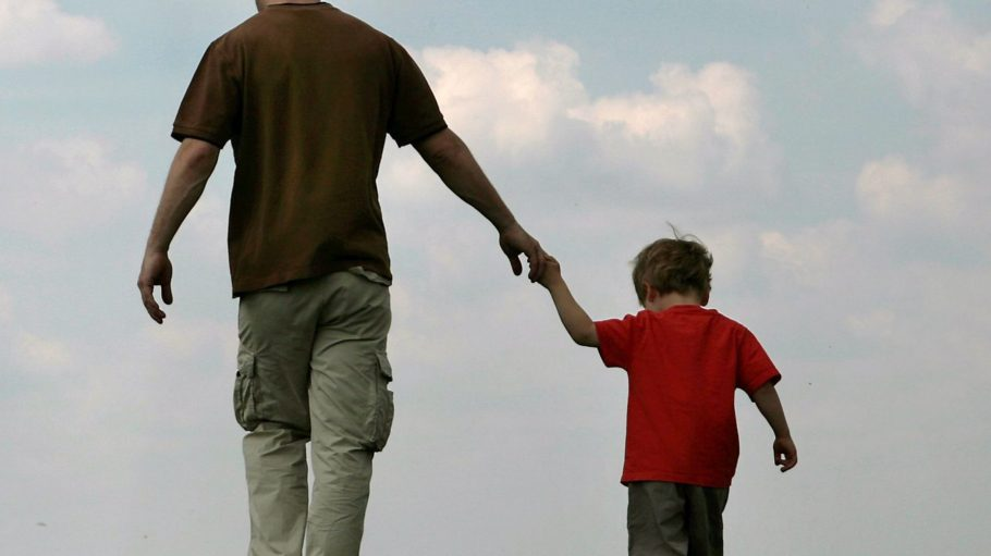 Viele Kinder würden gern mehr Zeit mit ihrem Papa verbringen.
