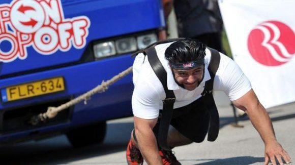 Patrick Baboumian beim Strong Man Wettkampf in Budapest 2012. Während er sich hier im Busziehen bewies, wird er auf dem Veggie-Sommerfest einen Weltrekordversuch im Yokelaufen wagen.