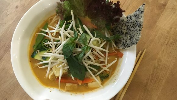 Ein Suppe mit Tradition und einzigartigen Sesam-Reis-Chips: Nur eine von vielen veganen Köstlichkeiten, die frisch zubereitet werden.