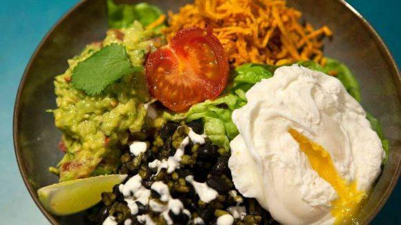Vorsicht! Die bunte vegetarische Salatschüssel mit Avocado, pochiertem Ei, Linsen und Süßkartoffelstreifen kann süchtig machen.