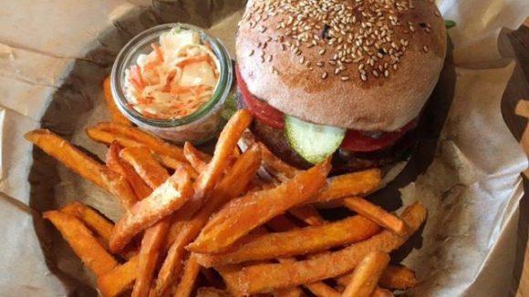 Lecker: In unserer Mittagspause gibt's diese Woche einen Veggie-Burger mit Kichererbsen-Patty aus dem Spreegold.