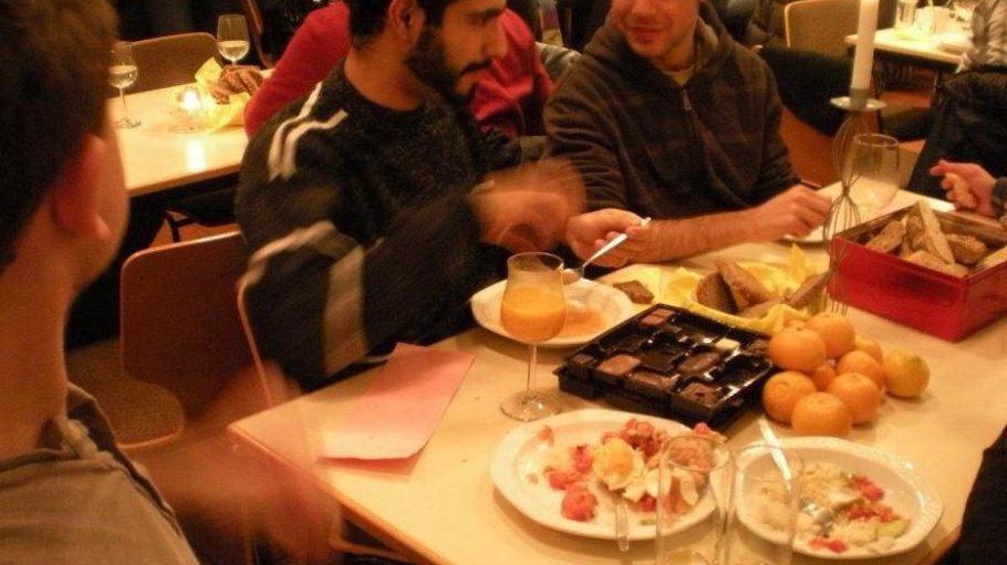 Die Idee ist nicht neu: Mit Anwohnern zusammen essen, das gibt es vor allem in Universitätsstädten wie Marburg und Gießen, das gibt es aber auch in Berlin. Zum Beispiel wie hier mit Homeless Veggie Dinner oder Polly & Bobs Running Dinner.