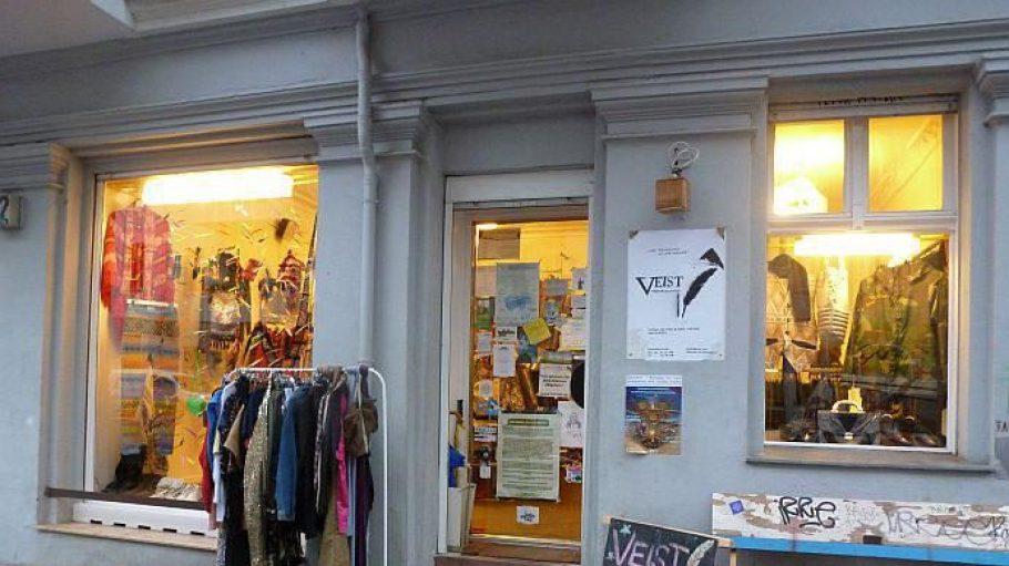 Veist Kleidergeschichten liegt in der Selchower Straße in Neukölln - gegenüber vom Café Circus Lemke und nur drei Minuten vom U-Bahnhof Boddinstraße entfernt.