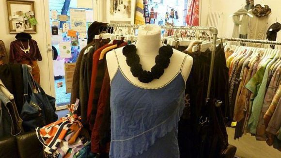Dieses Kleid schmückt ein Blumenband, das von der isländischen Jungdesignerin Kristjana gestaltet wurde.