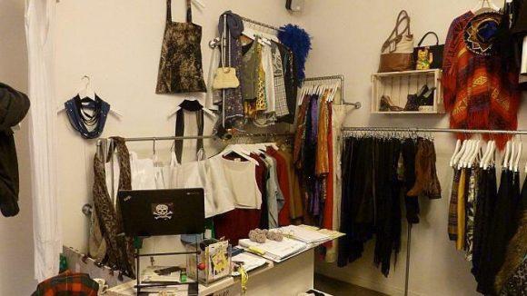 Bei Veist findet man Taschen, Oberteile und Kleider aus verschiedenen Epochen. Manchmal schauen Filmleute auf der Suche nach Requisiten vorbei.
