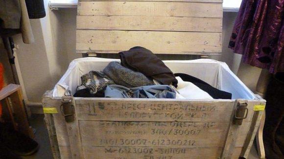 Die Teile in der Tauschbox dürfen kostenlos mitgenommen werden, wenn dafür etwas anderes zurückgelegt wird. Oder man spendet - die Einnahmen kommen einem Jugendklub für Mädchen zugute.