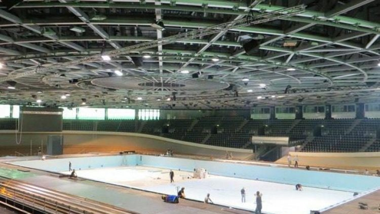 Ins Velodrom wird derzeit ein Wettkampfschwimmbecken eingebaut. Durch die blaue Plane sieht es schon fast nach Schwimmbad aus.