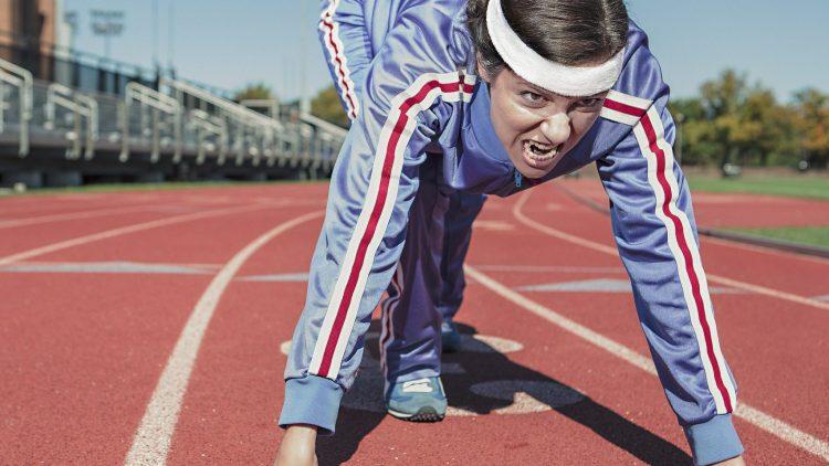 Diese Läuferin im glänzend blauen Jogginganzug meint es ernst. Genauso ernst wie QIEZ-Redakteurin Sophie - fast.