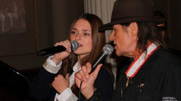 """... konnte """"der Udo"""" mit Sängerin Josephin Busch gleich noch einen Song aus seinem Musical """"Hinterm Horizont"""" zum Besten geben."""