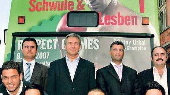 Gruppenbild mit dem Regierendem. Klaus Wowereit posiert 2007 inmitten von Türkiyem-Spielern, dahinter ein BVG-Bus mit entsprechender Botschaft.