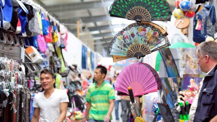 So bunt sehen die Regale im Dong Xuan Center in Lichtenberg aus.