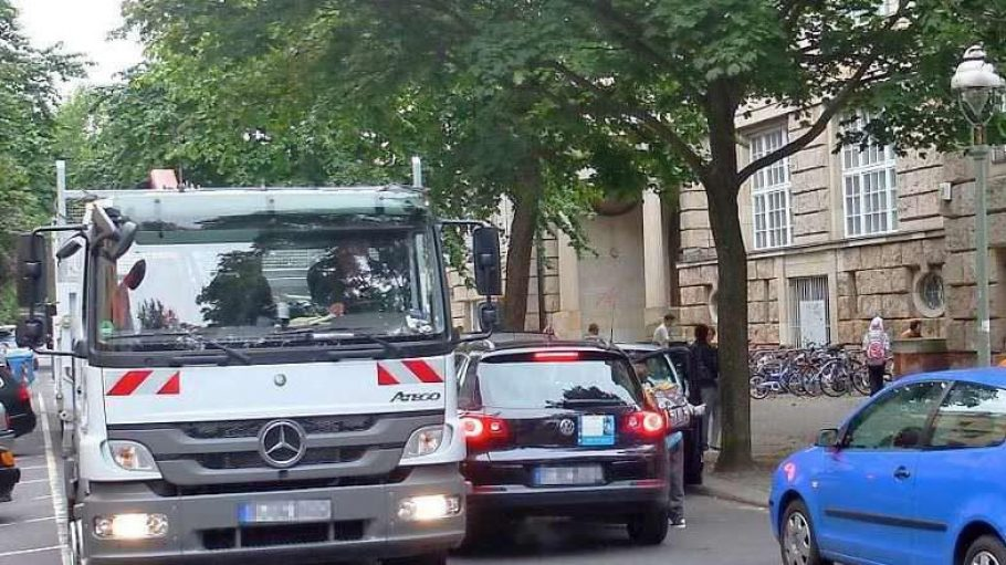 Da ist kein Durchkommen mehr: Seit Montag staut sich der Verkehr an der Warschauer Straße.