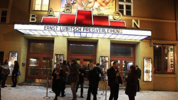 Gäste der Preisverleihung ließen sich auch von Schneefall und Minusgraden nicht von einem Abstecher zum Kino Babylon abhalten.