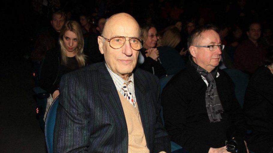 Ja, er ist es wirklich: Ein sichtlich gealterter Manfred Krug im Kinosaal. Der Schauspieler und Sänger feiert am 8. Februar seinen 77. Geburtstag.