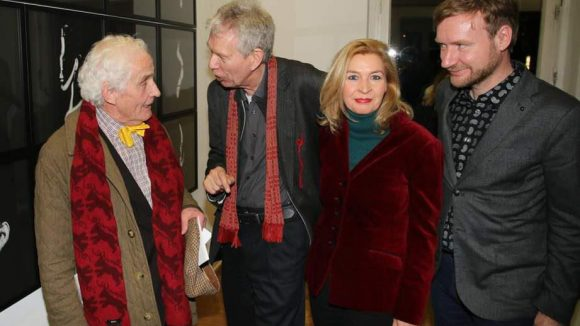 Gruppenbild mit Dame (v.l.): Kunstmäzen Prof. Dr. Peter Raue, Fotograf Sehy, Britta Gansebohm vom Literarischen Salon und Tim Renner. Raue und Gansebohm gehörten ebenfalls zu Sehys Motiven.