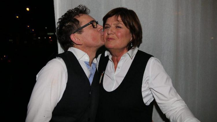 """Wir beginnen unsere Bilderstrecke mit einem Küsschen: Der Künstler Frank Mutters bedankt sich bei Moderatorin und Journalistin Christine Westermann (""""Zimmer frei"""") für ihre einleitenden Worte. Normalerweise ..."""