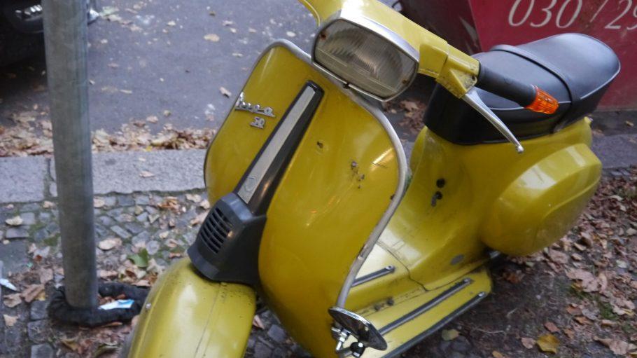 Dieses Modell stammt aus den 50er Jahren. Es ist kleiner und filigraner als die heutigen Vespas.