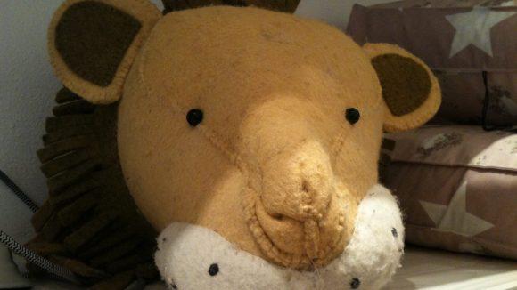 Mal was anderes fürs Kinderzimmer: ein Löwenkopf aus Filz.