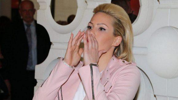 Und Bachelor-Kandidatin Angelina Heger, die derzeit auf keinem Promi-Event fehlen darf, arrangiert die Fotografen neu.