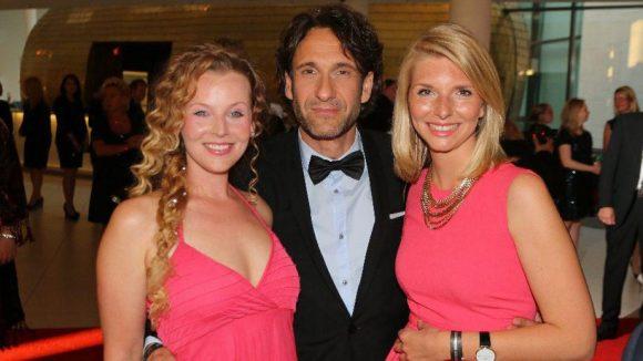Kommen wir zu den Männern, die sich gern mit zwei Frauen an ihrer Seite sehen lassen: Schauspieler Falk-Willy Wild mit Award-Gewinnerin Lea-Sophie Cramer (rechts) und Kollegin Vaile Fuchs.