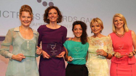 Beginnen wir mit den wichtigsten Gesichtern des Abends: den ausgezeichneten Frauen. Die Preisträgerinnen 2014 sind (v.l.): Dr. Henrike Fröchling (Victress Vital Award), Katarzyna Mol-Wolf (Victress Inspiration Award), Zeynep Babadagi-Hardt (Victress Fusion Award), Uschi Glas (Victress Social Impact Award) und Lea-Sophie Cramer (Victress Startup Award).