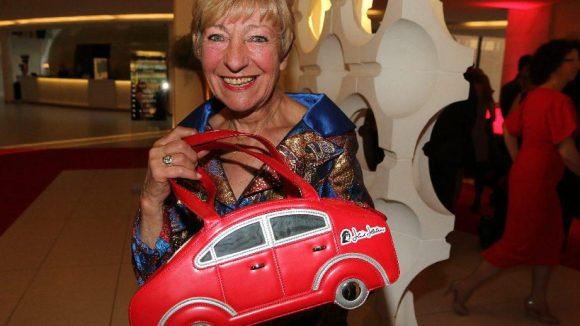 Unternehmerin und Automobil-Liebhaberin Heidi Hetzer präsentiert ihre neueste Tasche.