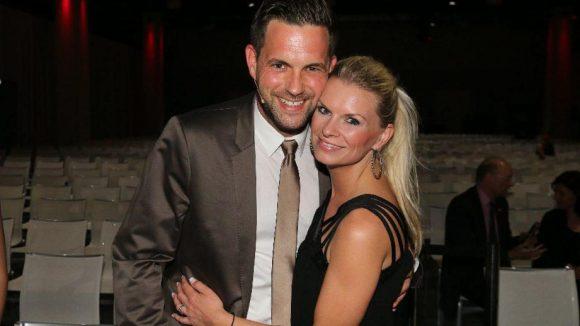 Moderiert wurde der Abend von Matthias Killing, hier zu sehen mit Freundin Svenja Dierks.