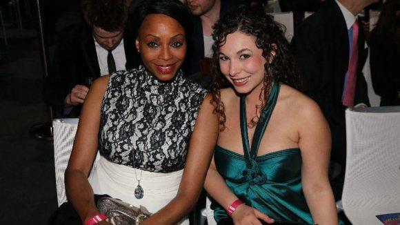 Schauspielerin Rosalind Baffoe (links) mit Designerin Carlotta Schulz.