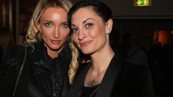 Pressedame Marina Rudolph und Schauspielerin Lina van de Mars.
