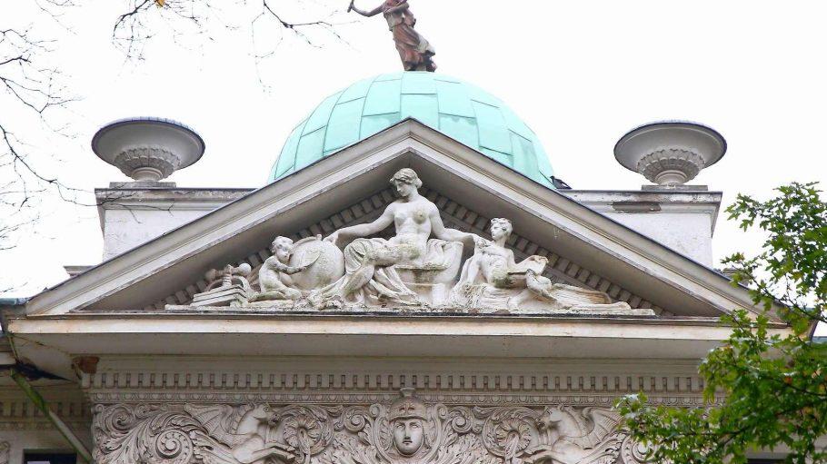Nackte Schöne. Über die Barbusige im Giebel der Villa Calé halten die Denkmalschützer ihre Hand.